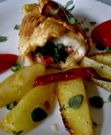 Na wyjątkowe okazje: polędwiczka w pistacjach z sosem śmietanowo-pomidorowym.